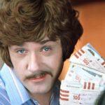 """Граждане! Храните деньги в сберегательной кассе, если, конечно, они у вас есть. К материалу """"Сколько платят на бирже труда""""."""